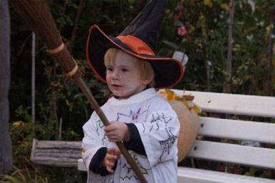 Viele Kleine Geister, Gespenster, Hexen, Zauberer usw., kamen zum Gruselabend.
