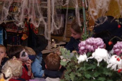 Unter einem Spinnennetz wurden schaurige Geschichten bei gruseliger Musik vorgelesen.