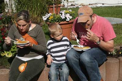 Kartoffelsuppe aus dem  Kupferkessel,  Kartoffelpuffer und Apfelmus,   Rosmarinkartoffel mit Schmand und ein Kürbisragout  fanden reisenden Absatz  bei Groß und Klein.