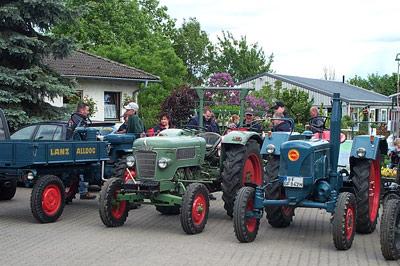 Die Oldtimer-Traktoren und ihre Fahrer.