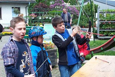 Die Kinder übten sich beim Wilhelm-Tell-Schießen.