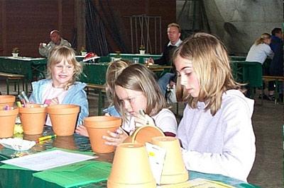 Tontöpfe bemalen für den Sonnenblumenwettbewerb.