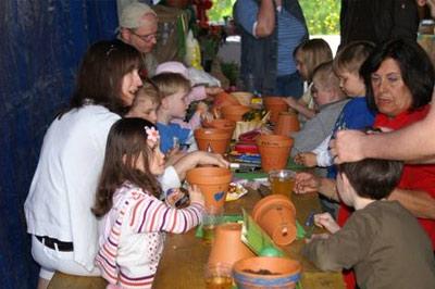 Die Kinder waren voller Eifer und bemalten Tontöpfe...