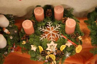 Liebevoll dekorierte Adventskränze